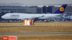 FRANKFURT TYSKLAND - FEBRUARI 28th, 2015: Lufthansa Boeing 747 - MSN 28285 - D-ABVR som namnges Cologne som går att ta av på Arkivfoto