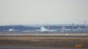 FRANKFURT TYSKLAND - FEBRUARI 28th, 2015: Lufthansa Boeing 747 - MSN 28285 - D-ABVR som namnges Cologne som går att ta av på Arkivfoton