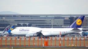 FRANKFURT TYSKLAND - FEBRUARI 28th, 2015: Lufthansa Boeing 747 - MSN 28287 - D-ABVT som namnges Rheinland Pfalz som går att ta Royaltyfri Bild
