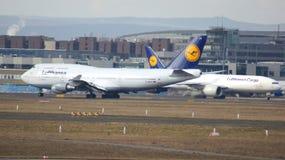 FRANKFURT TYSKLAND - FEBRUARI 28th, 2015: Lufthansa Boeing 747 - MSN 28287 - D-ABVT som namnges Rheinland Pfalz som går att ta Royaltyfri Fotografi
