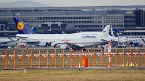 FRANKFURT TYSKLAND - FEBRUARI 28th, 2015: Lufthansa Boeing 747 - MSN 28287 - D-ABVT som namnges Rheinland Pfalz som går att ta Arkivbild