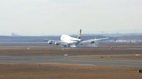 FRANKFURT TYSKLAND - FEBRUARI 28th, 2015: Lufthansa Boeing 747 - MSN 37829 - D-ABYD som namnges Mecklenburg-Vorpommern landning Arkivfoto