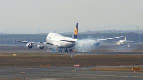 FRANKFURT TYSKLAND - FEBRUARI 28th, 2015: Lufthansa Boeing 747 - MSN 37829 - D-ABYD som namnges Mecklenburg-Vorpommern landning Arkivfoton