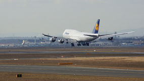 FRANKFURT TYSKLAND - FEBRUARI 28th, 2015: Lufthansa Boeing 747 - MSN 37829 - D-ABYD som namnges Mecklenburg-Vorpommern landning Fotografering för Bildbyråer