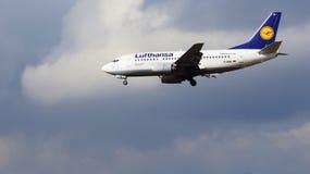 FRANKFURT TYSKLAND - FEBRUARI 28th, 2015: Lufthansa Boeing 737-530, MSN 24824, landning för registrering D-ABIL på en landningsba Arkivbilder