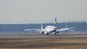 FRANKFURT TYSKLAND - FEBRUARI 28th, 2015: Lufthansa Boeing 737-530, MSN 24824, landning för registrering D-ABIL på en landningsba Royaltyfri Fotografi