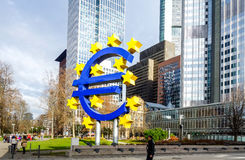 Frankfurt Tyskland - Januari 27: Eurotecken Europeiska centrala lodisar Arkivbilder