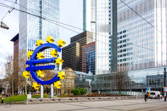 Frankfurt Tyskland - Januari 27: Eurotecken Europeiska centrala lodisar Arkivfoto
