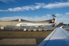 FRANKFURT TYSKLAND - JANUARI 20th, 2017: Boeing 747-8 av Lufthansa parkerade på framme av Lufthansa Technik underhållshängare Royaltyfri Foto
