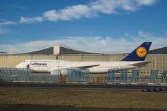 FRANKFURT TYSKLAND - JANUARI 20th, 2017: Boeing 747-8 av Lufthansa parkerade på framme av Lufthansa Technik underhållshängare Royaltyfria Bilder