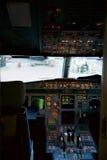 FRANKFURT TYSKLAND - JANUARI 20th, 2017: Cockpitinre för flygbuss A320 Familjen för flygbussen A320 består av kort till medlet Royaltyfri Fotografi