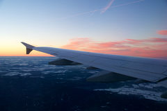 FRANKFURT TYSKLAND - JANUARI 20th, 2017: Sikten på solnedgången, Tyskland under vinter och flygplanet påskyndar från den insidan Royaltyfri Fotografi