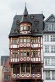 FRANKFURT TYSKLAND - JUNI 4, 2017: Traditionell tysk dekorerade hus på Frankfurt den gamla stadfyrkanten Arkivfoto