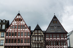 FRANKFURT TYSKLAND - JUNI 4, 2017: Traditionell tysk dekorerade hus på Frankfurt den gamla stadfyrkanten Arkivbild