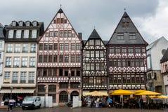 FRANKFURT TYSKLAND - JUNI 4, 2017: Traditionell tysk dekorerade hus på Frankfurt den gamla stadfyrkanten Royaltyfria Bilder