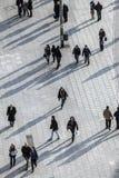 Folket som går på gatan med long, skuggar Arkivbild