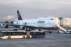 FRANKFURT TYSKLAND - NOVEMBER 8th 2014: Lufthansa som är 737-400 på porten av den Frankfurt flygplatsen Royaltyfri Foto