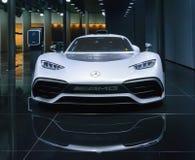 FRANKFURT TYSKLAND - SEPTEMBER 17, 2017: Mercedes AMG projekt ett på IAA, främre sikt Arkivbild