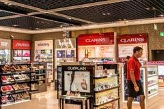 Frankfurt Tyskland 29 09 Tullfri 2017 shoppar på den tyska flygplatsen duesseldorf med olikt lyxigt gods Arkivfoton