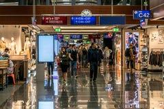 Frankfurt Tyskland 29 09 Tullfri 2017 shoppar på den tyska flygplatsen duesseldorf med olikt lyxigt gods Arkivbilder