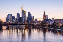 Frankfurt w centrum linia horyzontu przy nocą Obraz Stock