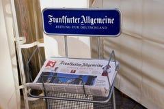 Frankfurter Allgemeine Zeitung i en pappers- hållare arkivbilder