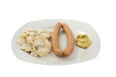 Frankfurterkorv med Potatoe sallad och senap Royaltyfri Bild