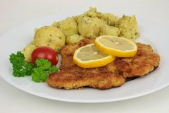 Frankfurterkorvschnitzel, kalvköttkotlett, österrikisk kokkonst royaltyfri bild