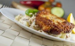 Frankfurterkorvschnitzel med potatissallad Royaltyfri Foto