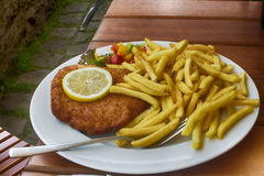 Frankfurterkorvschnitzel som tjänas som på en tysk restaurang royaltyfri bild