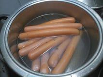 Frankfurters варя в серебряном баке Стоковые Фотографии RF