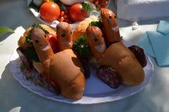 Frankfurters и плюшки на плите Стоковая Фотография RF