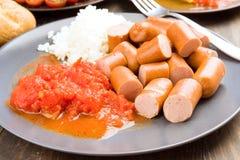 Frankfurters siekali, gotują z ryż i pomidorem zdjęcie stock