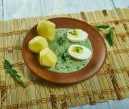 Frankfurterworst groene saus stock foto's