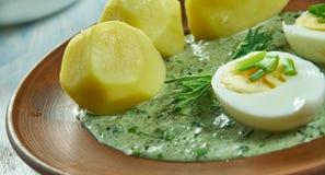 Frankfurterworst groene saus stock afbeeldingen
