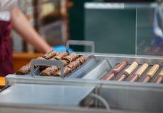 Frankfurterworsten en worsten voor hotdogs stock fotografie