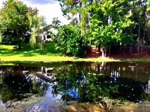 Frankie Arts House-bezinning over het water Stock Fotografie