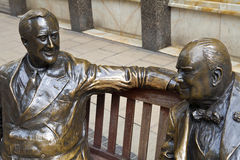 Franklin D. Roosevelt & Winston Churchill Statue i. Statues of allies Franklin D. Roosevelt and Winston Churchill talking to each other in Londons Mayfair Royalty Free Stock Photos