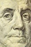Franklin enfrenta perto acima de cem notas de dólar imagens de stock royalty free