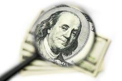 Franklin nos 100 dólares de Bill através da lupa Imagem de Stock Royalty Free