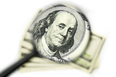 Franklin på de 100 dollarna räkning till och med förstoringsglaset Royaltyfri Bild