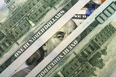Franklin que mira furtivamente con cientos billetes de dólar Fotografía de archivo libre de regalías