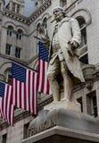 Franklin-Statue mit amerikanischen Flaggen Lizenzfreies Stockfoto