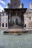 Frankreich, Arles, der Brunnen und Spalte stockfotografie