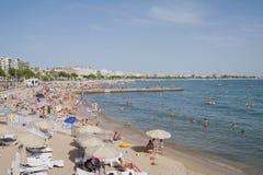 FRANKREICH, CANNES - 6. AUGUST 2013: Viele Leute auf dem Strand von Lizenzfreie Stockfotos