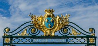 FRANKREICH CHANTILLY AUG 2018: Ansicht der Dekoration des Tors in Chantilly-Schloss von Frankreich Es ist ein historisches Schlos stockbild