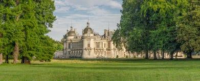 FRANKREICH CHANTILLY AUG 2018: Ansicht von Chantilly-Schloss von Frankreich Es ist ein historisches Schloss, das in der Stadt von lizenzfreie stockfotos