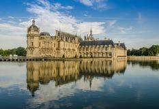 FRANKREICH CHANTILLY AUG 2018: Ansicht von Chantilly-Schloss von Frankreich Es ist ein historisches Schloss, das in der Stadt von stockbild