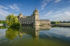 FRANKREICH CHANTILLY AUG 2018: Ansicht von Chantilly-Schloss von Frankreich Es ist ein historisches Schloss, das in der Stadt von lizenzfreies stockfoto