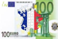 Frankreich, das auseinander auf Hintergrund des Euros 100, Puzzlespielkonzept fällt lizenzfreies stockfoto